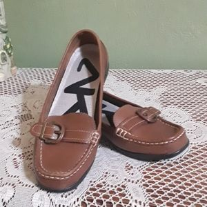 Loafers with strap and buckle